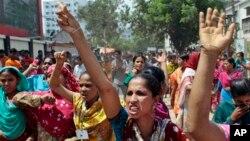 کارگران کارخانه های تولید پوشاک در اعتراض به نبود ایمنی در کارخانه ها دست به تظاهرات زده اند. داکا