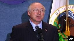 D'après le secrétaire aux Affaires intérieures, Ken Salazar, l'administration Obama va étudier les moyens d'affiner le moratoire en place sur les forages en haute mer