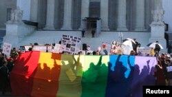 Para pendukung pernikahan sejenis membentangkan spanduk pelangi dan berdiri di depan Makhamah Agung Amerika (26/3). Hari ini Mahkamah Agung AS akan mempertimbangkan Undang-Undang Pernikahan, melanjutkan pembicaraan terkait pernikahan sejenis di Amerika yang berlangsung selama dua hari di Washington DC.