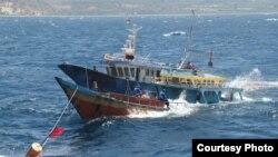 Kementerian Kelautan dan Perikanan (KKP) bersama Satgas 115 saat menenggelamkan kapal pencuri ikan di Bitung, Sulawesi Utara, Senin (20/8). (Foto: Joko Siswanto / Humas KKP)