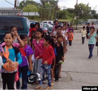 """Tahun 2012 yang lalu, """"Ied Ul Fitr Toy Drive"""" membagikan sekitar 175 mainan baru untuk komunitas pengungsi Burma di wilayah Houston, Texas. (Foto: courtesy)."""