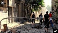 Các mảnh vụn sót lại từ các tòa nhà sau các vụ không kích và bắn phá
