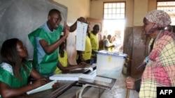Une femme se prépare à voter pour les élections locales au Mozambique, le 10 octobre 2018.