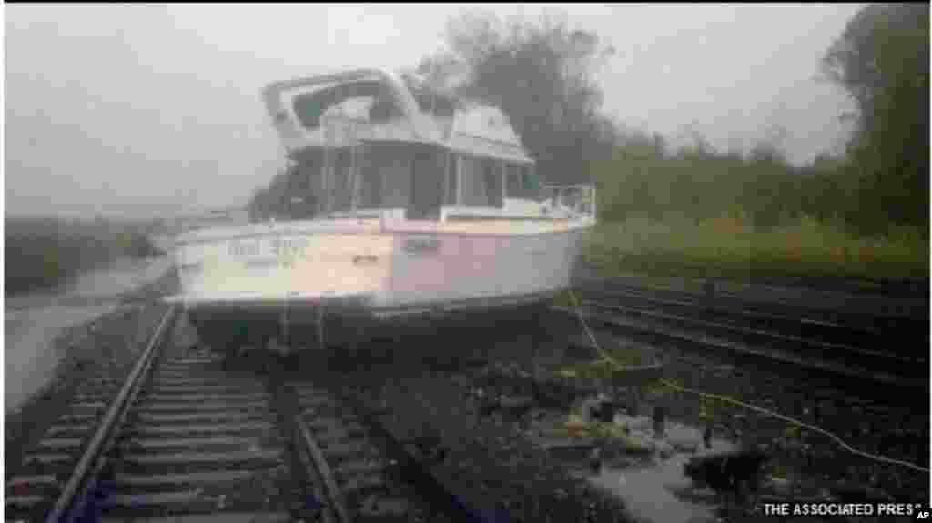 ریلوے ٹریک پر موٹر بوٹ خود نہیں آئی، طوفان لایا ہے