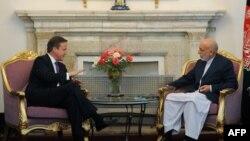 Thủ tướng Anh David Cameron hội đàm với Tổng thống Afghanistan Hamid Karzai tại Dinh Tổng thống ở Kabul, ngày 19/7/2012