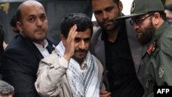 Президент Ирана в окружении телохранителей во время религиозной церемонии в Тегеране. Архивное фото 2008г.