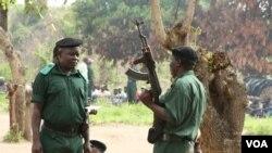Antigos guerrilheiros da Renamo, Gorongosa , 2012 (J. Jackson/VOA)