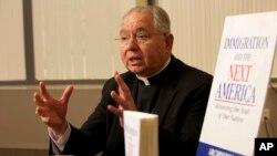 El arzobispo de Los Ángeles, José Gómez, habla durante la presentación de su libro sobre inmigración.