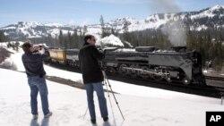 Kereta uap melewati pegunungan Sierra Nevada di Norden, California.