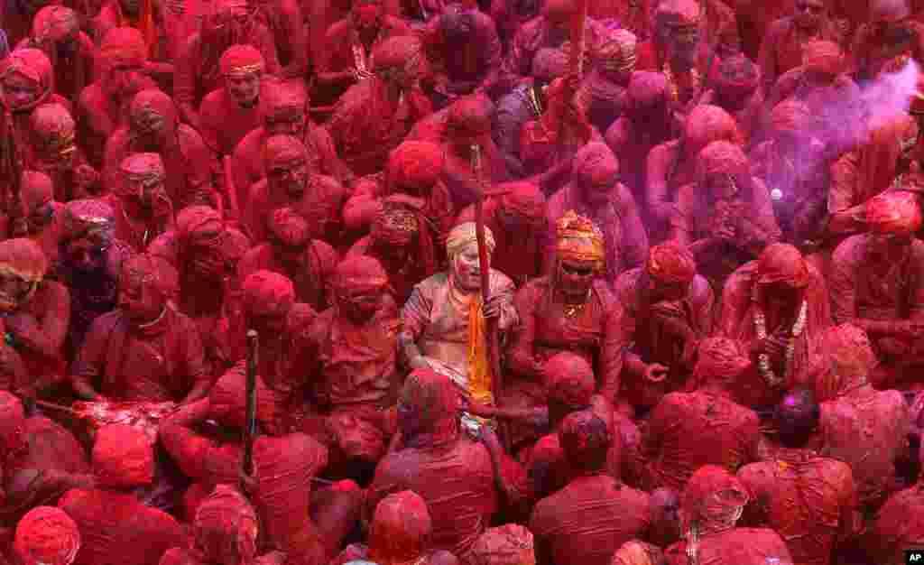 Tín đồ đạo Hindu có bôi bột phấn vào người ca hát tại đền Nandagram nhân lễ thiêng liêng Lathmar trong thành phố Nandgaon.
