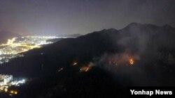 1일 서울 노원구 상계동 수락산에 발생한 대형 산불이 다음날 새벽까지 이어지고 있다. (독자제공)