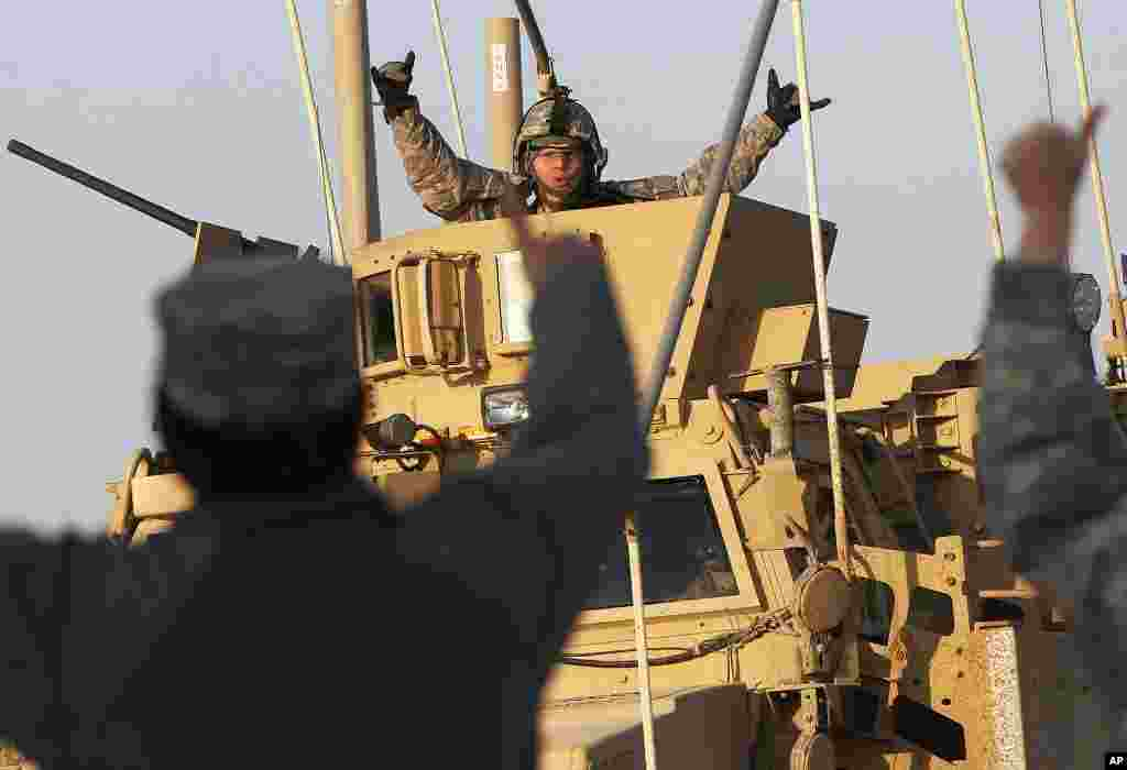 A US Army soldier celebrates after crossing into Kuwait during the last convoy out of Iraq, December 18, 2011. (Reuters)