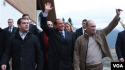 Presiden Dmity Medvedev (kiri), Perdana Menteri Vladimir Putin (kanan), dan Perdana Menteri Silvio Berlusconi berjalan di Krasnaya Polyana di Rusia Selatan (Jumat, 3 desember 2010).