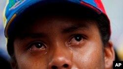 Una mujer llora durante un homenaje a Juan Pablo Pernalete en Caracas, Venezuela, el jueves 27 de abril de 2017. Pernalete, la última víctima de los disturbios de Venezuela, murió durante las protestas contra el gobierno el miércoles cuando fue golpeado por un contenedor de gas lacrimógeno disparado por fuerzas de seguridad.