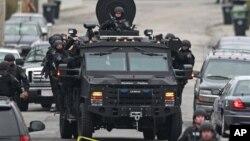 Polisi melakukan patroli di kawasan Watertown, Massachusetts, sementara mereka terus mencari tersangka pelaku pemboman Marathon Boston, Dzhokhar Tsarnaev, 19 tahun, yang masih buron (19/4).