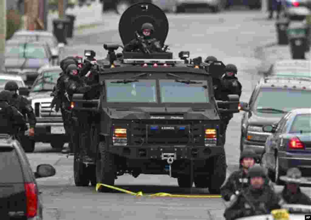 Cảnh sát tuần tra trong một khu phố tại thị trấn Watertown, Massachusetts để tìm nghi can 'nón trắng'