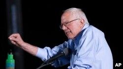 Kandidat Capres AS dari partai Demokrat, Senator Vermont Bernie Sanders, dalam kampanyenya di Tucson, Arizona, 9 Oktober 2015 (Foto: dok).