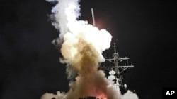 리비아 무아마르 카다피 국가원수의 친정부군을 진압하기 위한 공격에 나선 미국 해군 구축함 배리호 선상에서 '새벽의 오딧세이' 작전을 위해 미사일이 발사되고 있다.