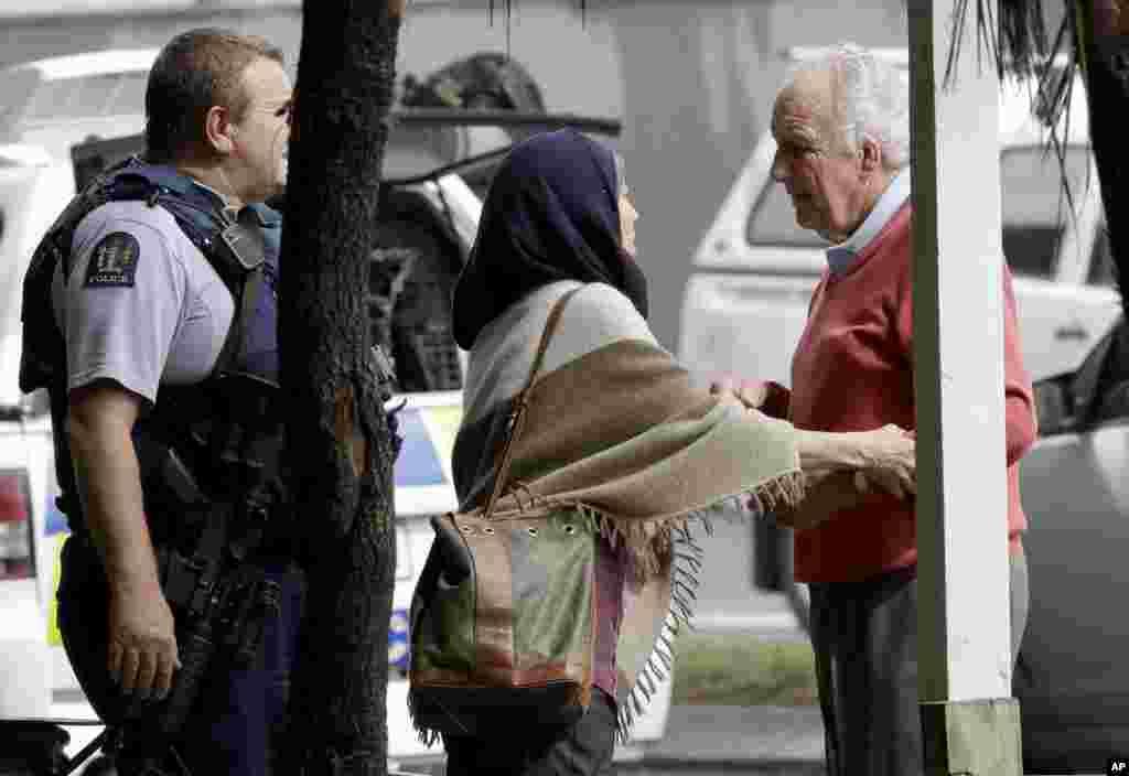 حمله تروریستی به دو مسجد در نیوزلند - خانواده های افراد حاضر در مسجد، نگران خبرها را دنبال می کنند.