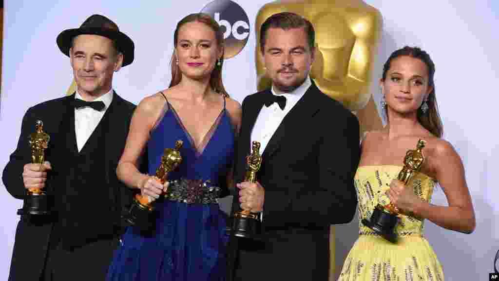 DMark Rylance, Brie Larson, Leonado Dicaprio, et Alicia Vikander posent dans la salle de presse à la cérémonie des Oscars, 28 février 2016.