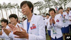 한국 인천에서 열리고 있는 제 17회 아시안게임에 출전한 북한 선수단이 18일 선수촌 환영 행사에 참석했다.