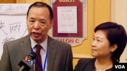汪岷(左)和冯玉兰受访(美国之音包小祥摄)