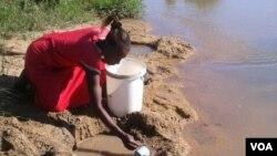 Ukha amanzi esifuleni owesifazana esiqintini seTavatya koZivambiso esabelweni seMasvingo.