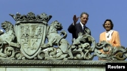 FILE - Former Romanian King Michael waves to supporters beside Queen Anne on the terrace of Elisabeta Palace, a former royal residence in Bucharest, May 18, 2001. Queen Anne has died at age 92.