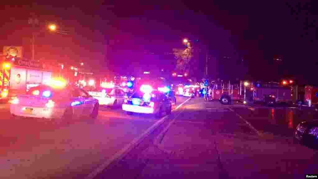 Les voitures et les camions de pompiers de la police devant le Pulse après la fusillade à Orlando, le 12 juin 2016.