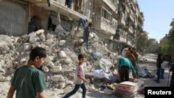 人们正挪走因叙利亚阿勒颇附近空袭而损坏的财务(2016年10月17日)
