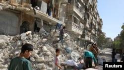 由叛軍掌控的阿勒頗的居民區卡特吉(Qaterji)地區10月17日遭空襲後,大眾在斷垣殘壁中尋找自己的物品。