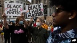 نیدرلینڈز کے مرکزی شہر ایمسٹرڈم میں سیاہ فام امریکی مظاہرین کے ساتھ اظہار یکجہتی کے لیے مظاہرہ۔ یکم جون 2020
