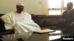 ປະທານາທິບໍດີ Amadou Toumani Toure ແຫ່ງມາລີ (ຂ້າງຊ້າຍ) ທີ່ຖືກໂຄ່ນລົ້ມ ໂອ້ລົມກັນກັບທ່ານ Djibril Bassole ລັດຖະມົນຕີຕ່າງປະເທດ Burkina Faso. ວັນທີ 1 ພຶດສະພາ 2012.