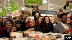 美国商店里的顾客和食品