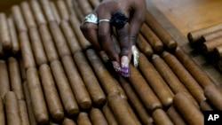 쿠바 수도 아바나의 한 시가 공장에서 시가를 만들고 있다.