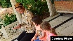 Alfian Rusli mengajarkan tarian tradisional Indonesia kepada anak-anak di Disney Animal Kingdom (dok: Alfian Rusli)