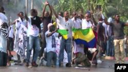 Des manifestants protestent dans les rues de la capitale, Libreville, Gabon, le 1er septembre 2016.