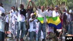 Les partisans du candidat de l'opposition à la présidentielle au Gabon Jean Ping protestent contre la réélection du président sortant Ali bongo, à Libreville, Gabon, 31 aout 2016.