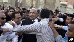 مصر: آئینی ترمیمات پر ریفرنڈیم، البرادعی پر پتھراؤ