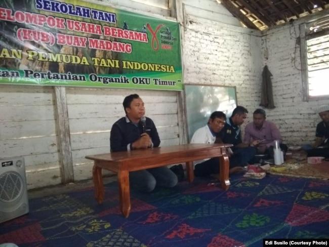 Edi Susilo dan Sekolah Petani yang didirikannya di Ogan Komering Ulu Timur, Sumatera Selatan. (Foto: Dokumen pribadi)