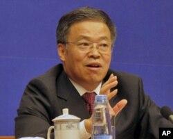 中组部副部长王秦丰在记者会上