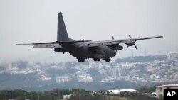 Pesawat multi-misi milik militer AS, MC130, bersiap mendarat di bandara Korps Marinir Jepang Ginowan, Okinawa (Foto: dok). Dua awak pesawat helikopter AS dilaporkan terluka setelah melakukan pendaratan darurat dekat Tokyo, Senin (16/12).
