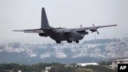 Máy bay MC130 của quân đội Mỹ chuẩn bị đáp xuống căn cứ quân sự Futenma trên đảo Okinawa, tây nam Nhật Bản.