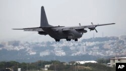 Máy bay MC130 của Mỹ chuẩn bị hạ cánh xuống căn cứ không quân Futenma ở Ginowan, Okinawa, tây nam Nhật Bản.