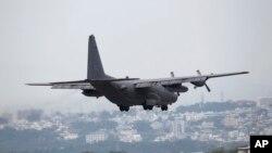 Pesawat Angkatan Udara Amerika Serikat MC130 hendak mendarat di pangkalan militer AS di Okinawa, Jepang. (Foto: Dok)