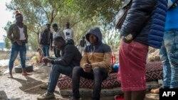 Des migrants d'Afrique subsaharienne dans une forêt du district de Boukhalef, à la périphérie sud-ouest de la ville portuaire marocaine de Tanger surplombant le détroit de Gibraltar, le 20 octobre 2018.