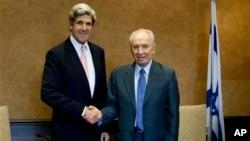 Menteri Luar Negeri Amerika John Kerry (kiri), saat masih menjabat Senator AS, bertemu dengan Presiden Israel Shimon Peres di Israel (foto: dok).