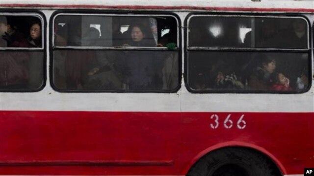 지난 15일 평양에서 버스에 탄 주민들.