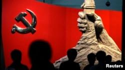 資料照:北京軍事博物館展示的中共黨旗與一隻握槍的手的雕塑 (路透社 2010年8月13日)