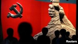 资料照:北京军事博物馆展示的中共党旗与一只握枪的手的雕塑